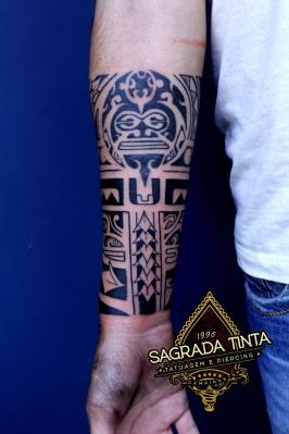 Tatuagem com significado familiar baseada nos grafismos utilizados pela tribo Maori do Pacífico Sul.