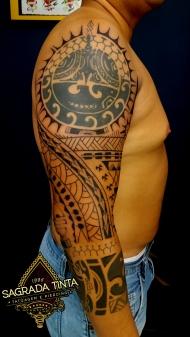 Tatuagem com significado familiar baseada em grafismos indigenas da tribo Maori, do Pacifico Sul